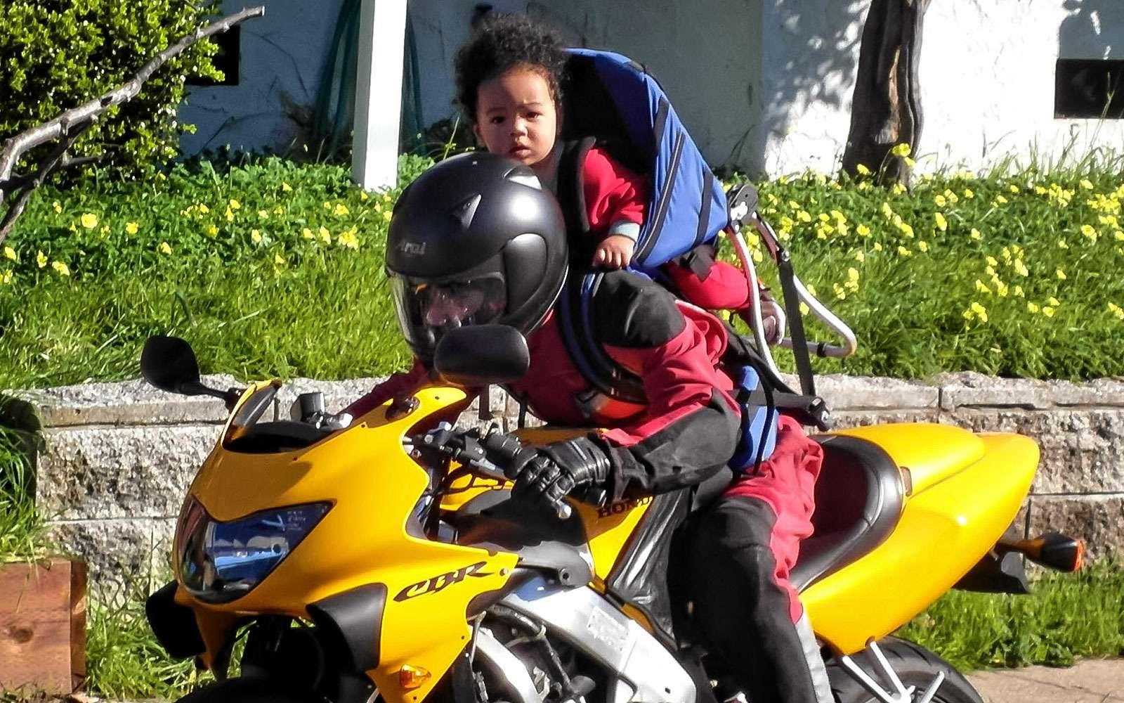 Перевозка детей намотоцикле