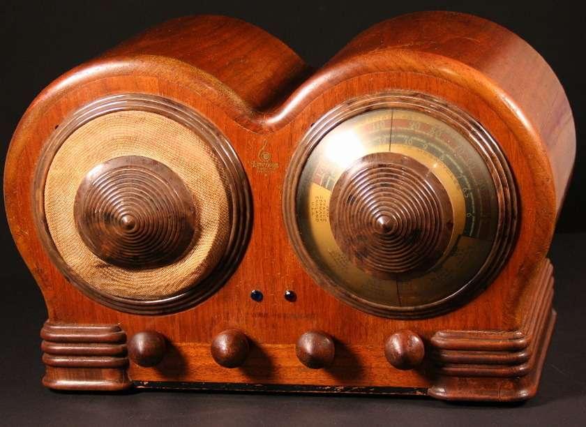 Радиоприемник Emerson Model BD-197за характерный дизайн корпуса назвали вчесть популярной исполнительницы 1930-х годов— Mae West, отличавшейся довольно пышными формами. Так деСахновски воплощал вжизнь концепцию, впоследствии имсамим жесформулированную как «физиологический стайлинг»
