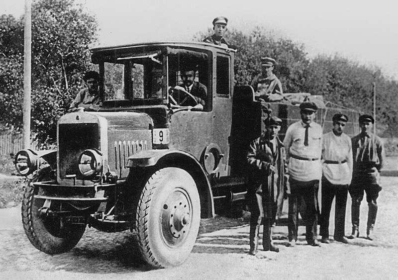 Первый ярославский грузовик представлял собой ужасающую смесь американского White (поставлявшегося вРоссию ввиде машинокомплектов) имосковского АМО-Ф-15, который являлся глубокой переделкой итальянского Fiat-1,5ter