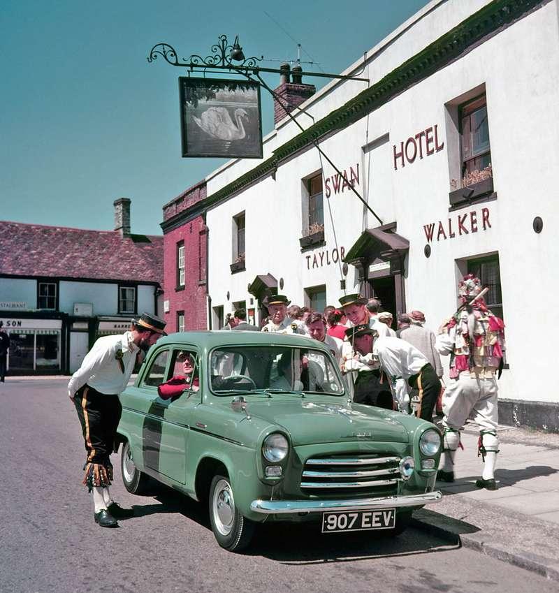 Ford Anglia 100E 1953 года— принципиально новый автомобиль, не имевший ничего общего сгерманским Ford Consul. Разработан бюро Lacuesta Automotive. Несмотря напрогрессивную форму кузова, подкапотом имел довоенный нижнеклапанный двигатель. До1959 года сделали почти 346 тысяч таких машин, что невероятно много дляузкого британского рынка. Этот автомобиль служил одним изобразцов длясравнения при проектировании «Москвича-402». Фото: www.newspress.co.uk