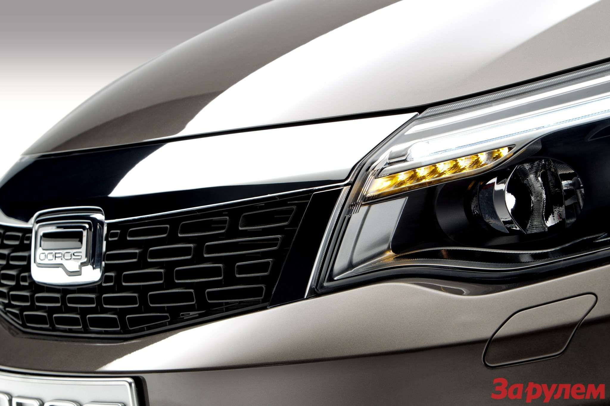 649717_Qoros 3Sedan— detail— front grille driving lamps on