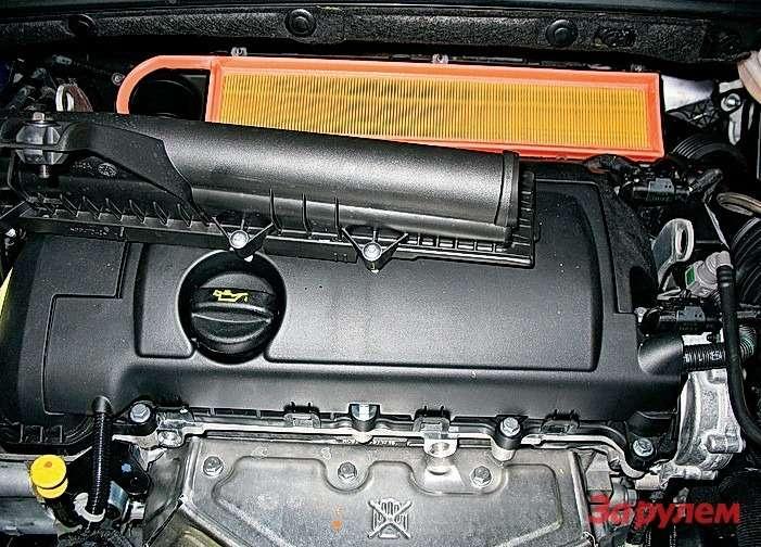 Peugeot 308: Сзаменой воздушного фильтра одна трудность— многовато крепежа (удобнее работать инструментом судлинителем). Обратите внимание: фильтроэлемент ставим только втаком положении.