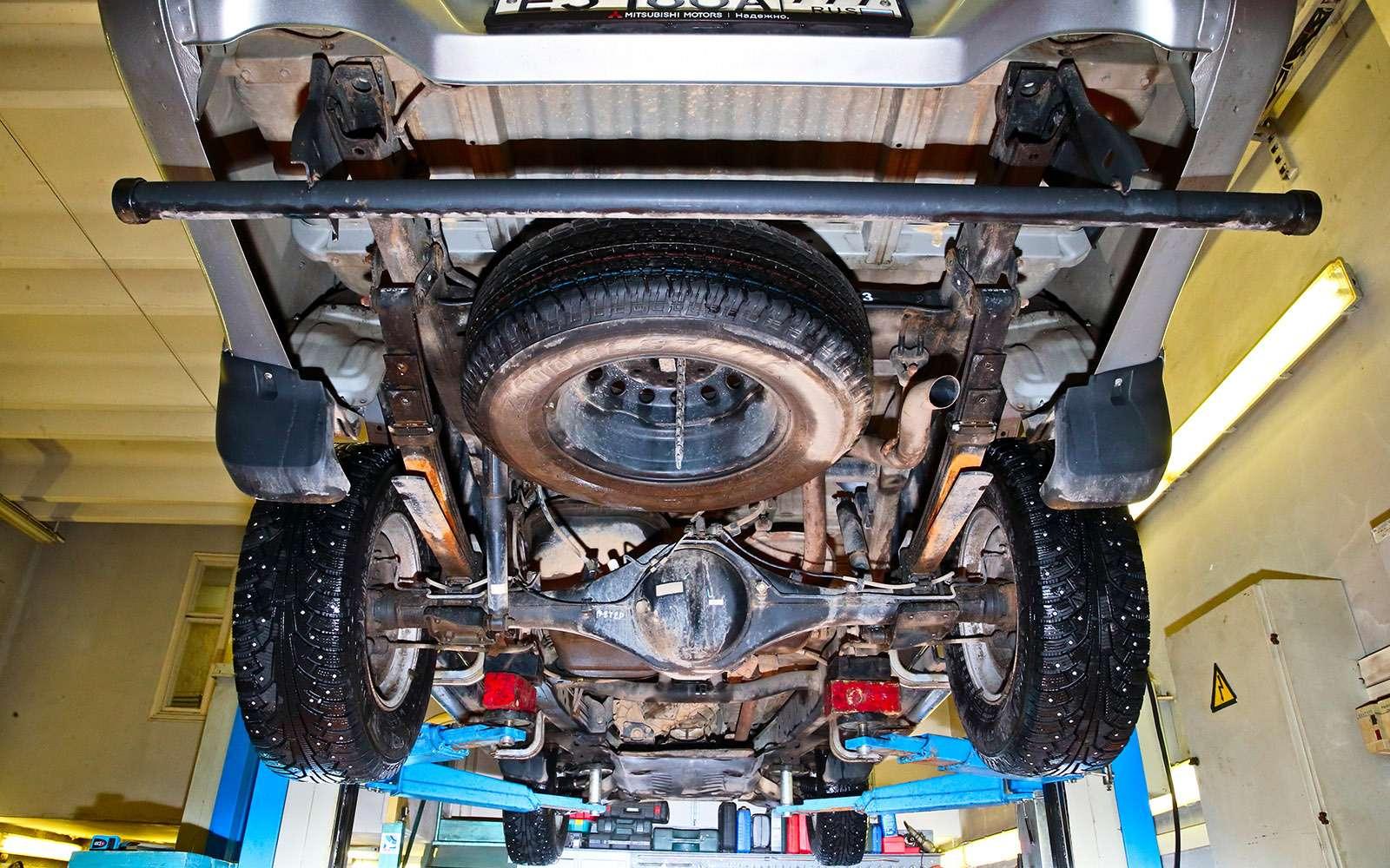 Пикапы Isuzu D-Max, Mitsubishi L200и Toyota Hilux: на«обортаж»!— фото 698463