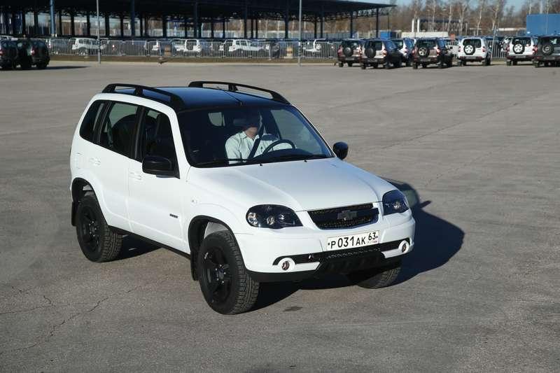 Черно-белая Chevrolet Niva спешит кдилерам (ОБНОВЛЕНО)