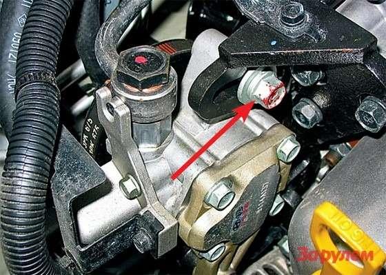 Hyundai Tucson: Ослабив два болта (показаны стрелками), смещаем насос ГУРа монтажкой, добиваясь нормального натяжения ремня. Бывалым автолюбителям этот прием хорошо известен.