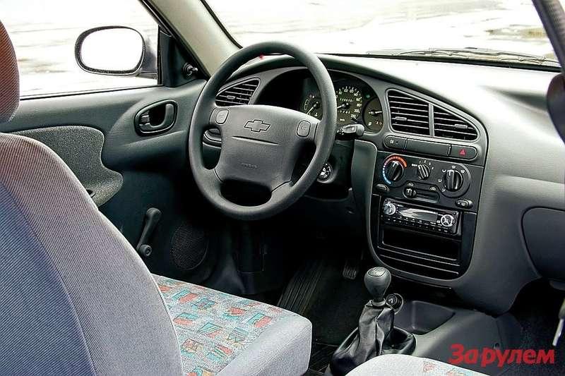 В комплектации SEесть подушка безопасности водителя иГУР, аверсия SXоснащена вдобавок кондиционером иэлектроприводом стекол. Рукоятки отопителя крутите нежно, особенно наморозе!