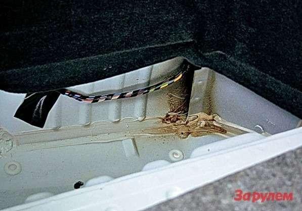 В боковые карманы подфальшполом багажника вряд ли можно положить что-то, кроме грязной ветоши.