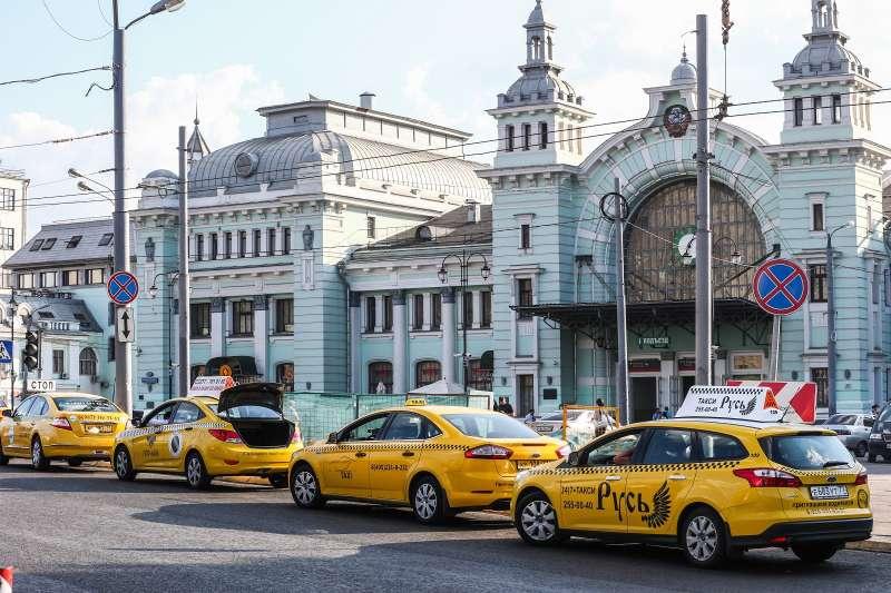 Такси сжелтыми номерами небудут штрафовать завыезд на«выделенки»