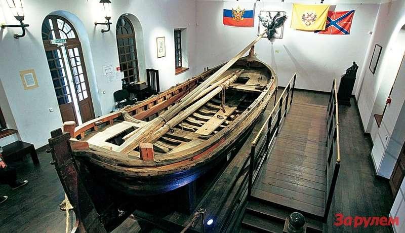 Бот«Фортуна» выставлен вэтом павильоне с1803 года.