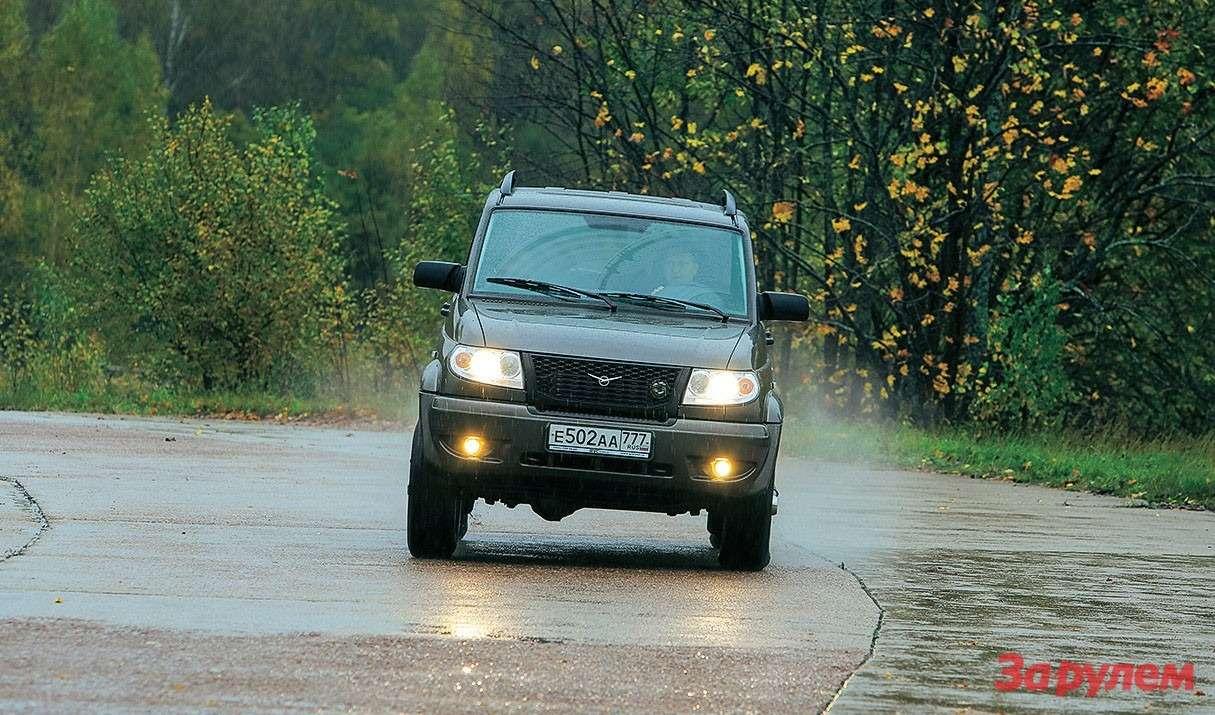 Активная асфальтовая езда противопоказана УАЗу. Нехватка обратной связи наруле ощущается особенно остро.