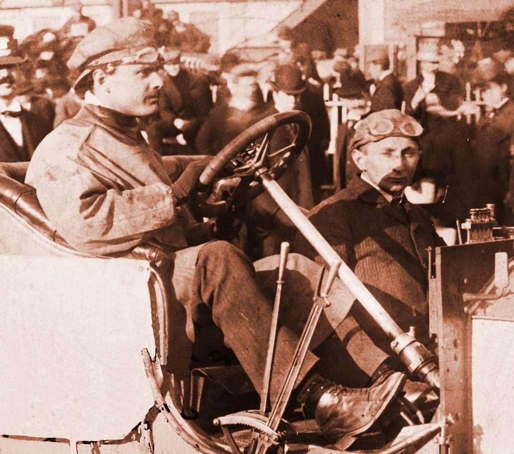 «Дорогая! Надеюсь, утебя все хорошо. Мытут были очень заняты все время. Эта фотография сделана сразу после того как мывыиграли гонку…» Чарльз Роллс зарулем Rolls-Royce 20HP нагонке Йонкерса вНью-Йорке, 1906год
