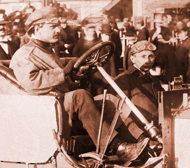 «Дорогая! Надеюсь, у тебя все хорошо. Мы тут были очень заняты все время. Эта фотография сделана сразу после того как мы выиграли гонку…» Чарльз Роллс за рулем Rolls-Royce 20HP на гонке Йонкерса в Нью-Йорке, 1906 год