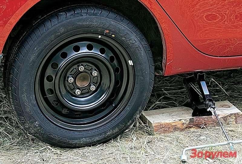 Одна изноминаций «жаркого» теста— замена запасного колеса. «Лансер» заслужил оценку «хорошо».