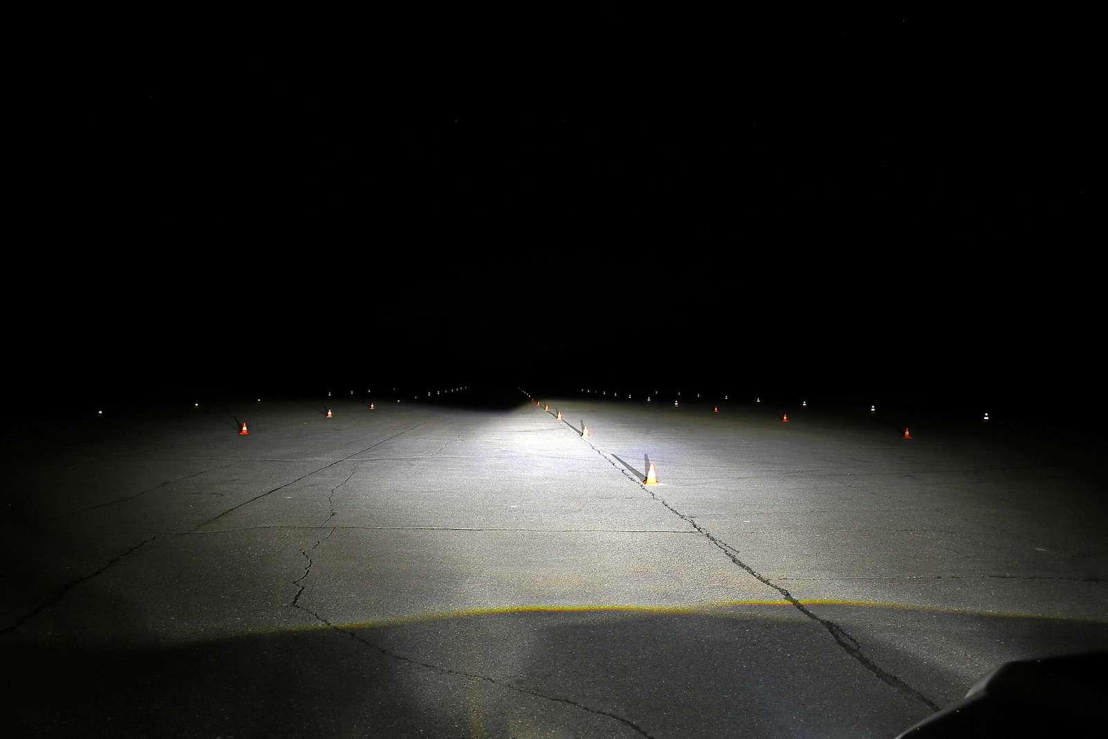 Супертест светодиодных фар: какая из10машин заглянет дальше?— фото 601243