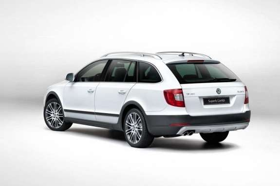 Skoda Superb Combi Outdoor side-rear view