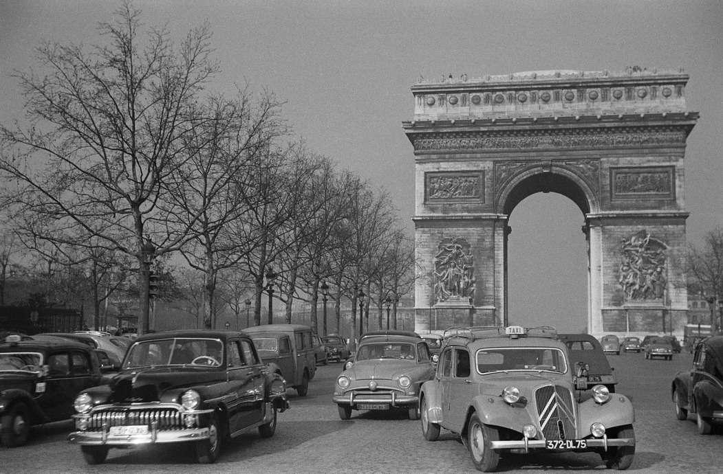 Париж середины 1950-х годов. НаЕлисейских полях царит шинный паритет: здесь встретишь машины, обутые как вдиагональные, так иврадиальные шины. Фото: Collection Citroen