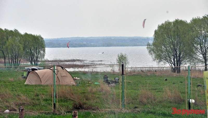 Насеверном берегу расположился лагерь кайтеров