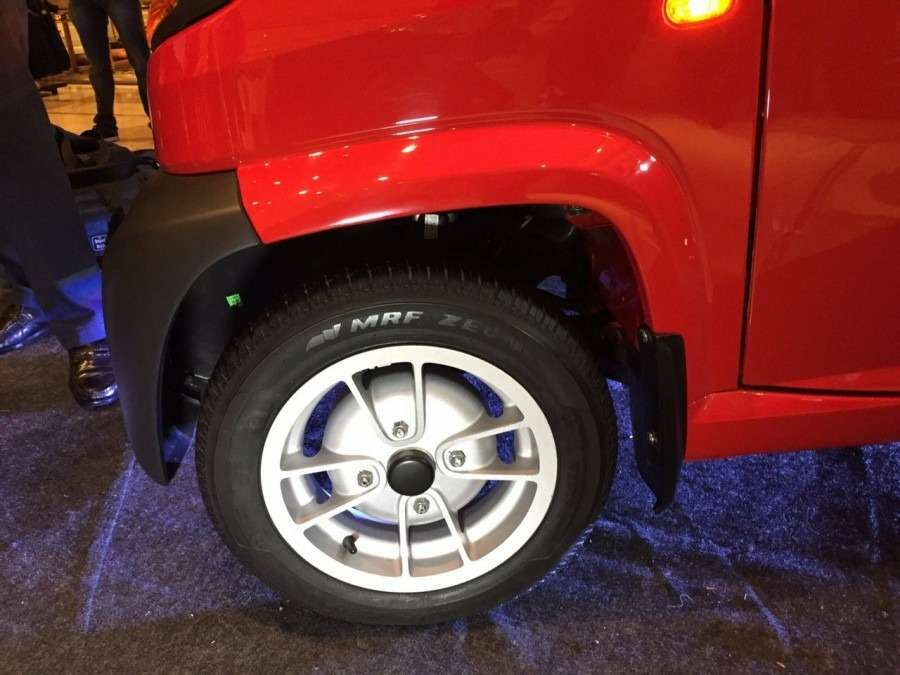 Bajaj-Qute-alloy-wheel-during-unveil-in-India-900x675