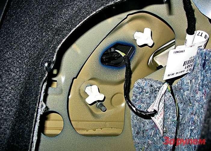 Peugeot 308: Чтобы снять фонарь длязамены лампочек, выкручиваем две белые барашковые гайки. Носначала слевой стороны вынимаем два пистона обивки иотгибаем вниз карман.
