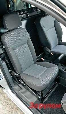 В грузовом фургоне сиденье пассажира поуже, чем впассажирской версии. Сложив его, получаем стол.