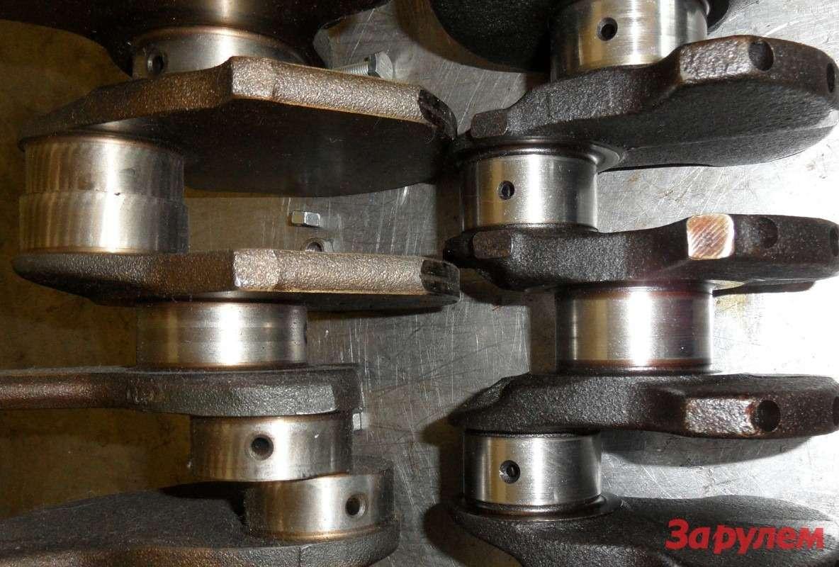 Слева— коленчатый вал форсированной «шестерки», справа— старенького мотора. Литровая мощность увеличилась очень заметно, аширина шеек вала у«дайнсайзингового» мотора меньше! Это— плата заснижение длины мотора!