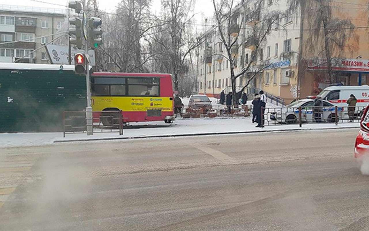 Автобус влетел впридорожный рынок— фото 1028226