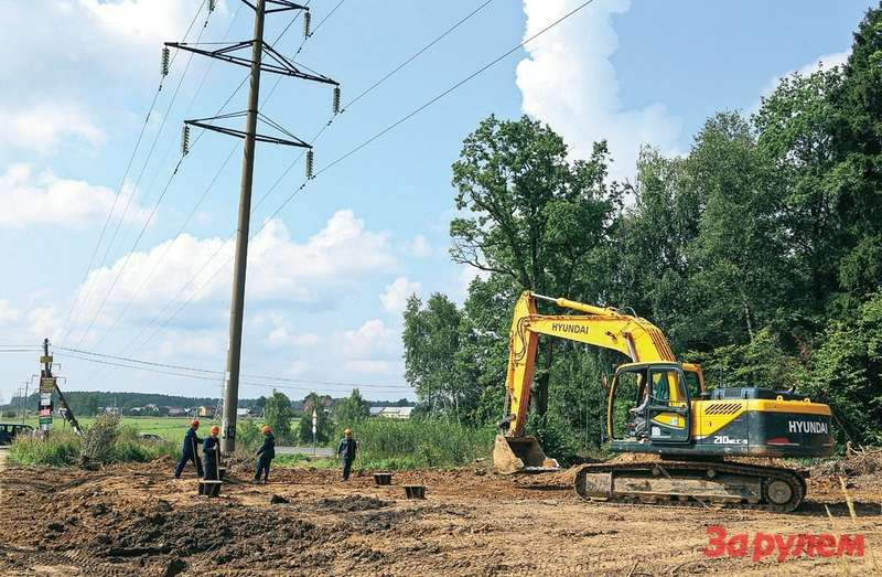 Тихая провинциальная жизнь пока продолжается. Носкоро здесь установят вышки дляновой линии электропередачи.