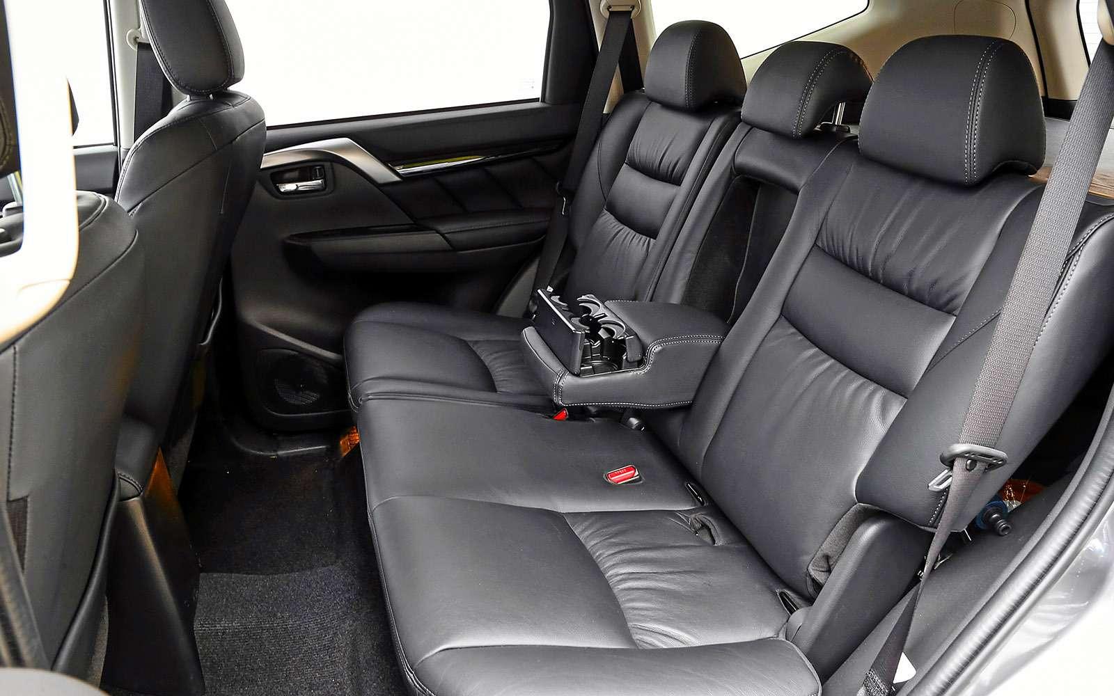 Mitsubishi Pajero Sport иKia Mohave— сравнительный тест настоящих внедорожников— фото 769875