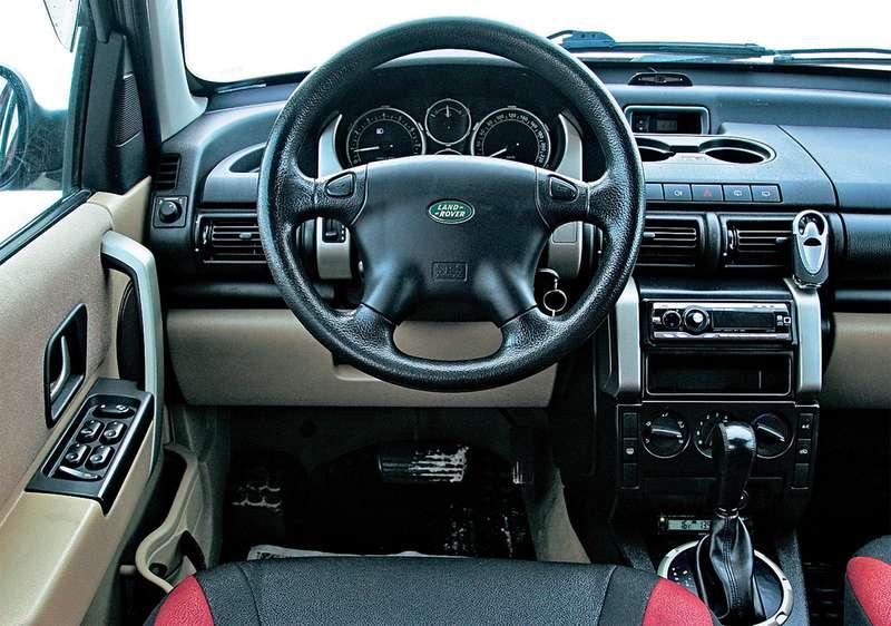 Шильдик Land Rover нарулевом колесе выдает породу. Интерьер здесь, пожалуй, самый стильный. Портит картину лишь слишком современная магнитола дачехлы насиденьях