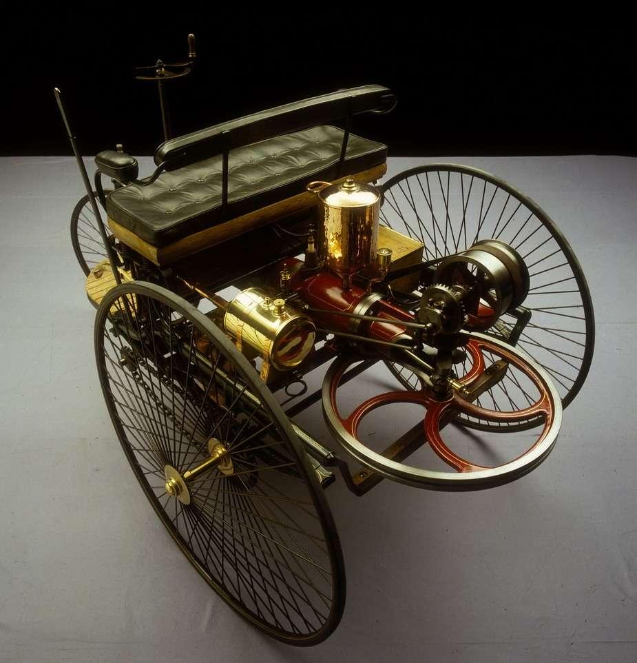Точная копия первого автомобиля Бенца, изготовленная в1936 году кполувековому юбилею автомобиля. Обращает насебя внимание необычный двигатель с…вертикальным коленчатым валом
