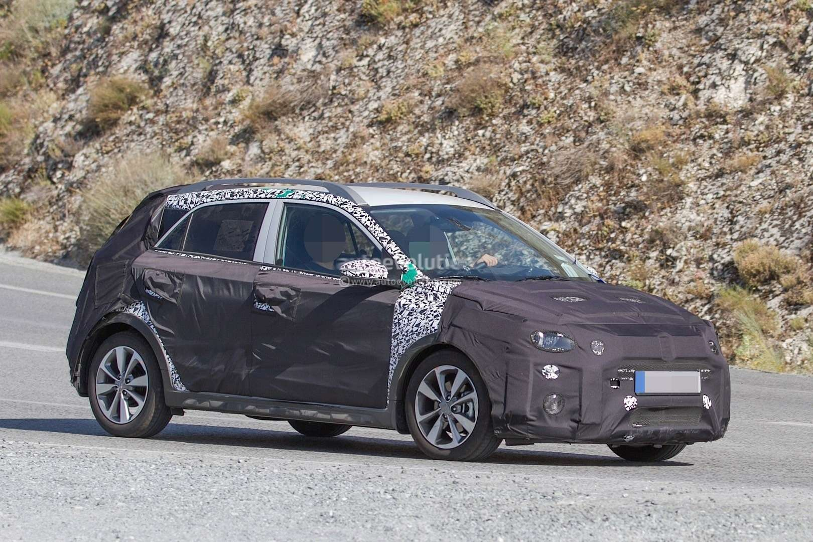 hyundai-i20-cross-test-mule-spotted-in-southern-europe-it-might-become-a-global-model-photo-gallery_3