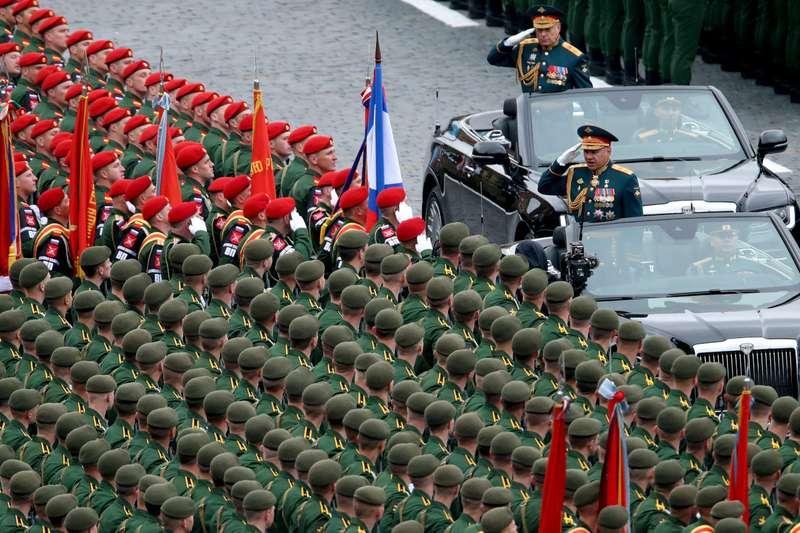 Два кабриолета Aurus проехали побрусчатке Красной площади