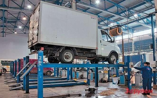 Подъемник экономит время исилы механиков при снятии двигателя