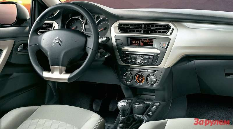 Подрезанный снизу руль смотрится непло- хо, нокруглая баранка былабы удобнее.