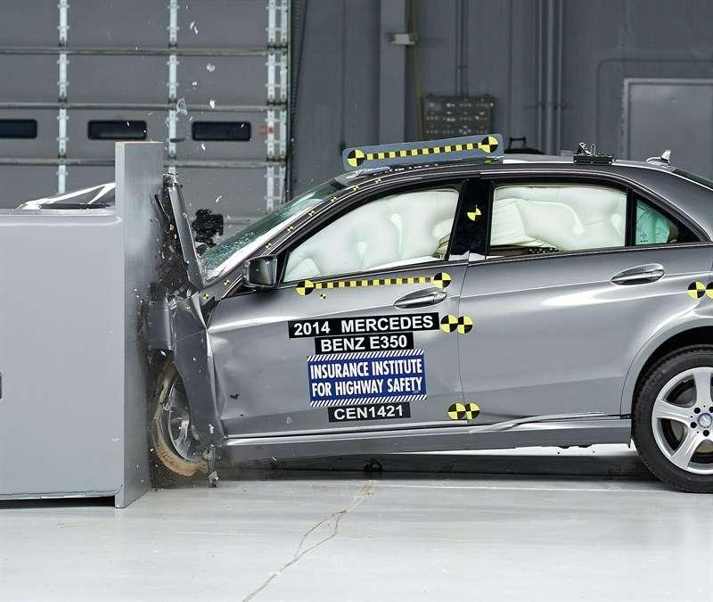 IIHS проверил напрочность Mercedes-Benz E-класс