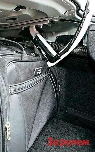 Форма петель багажника седана такова, что, закрывая крышку, можно порвать сумку, если она изтонкой ткани.