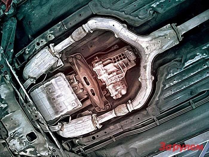 В дополнение ккатколлекторам подднищем установлена еще пара нейтрализаторов— они начинают разрушаться лишь при очень больших пробегах, неоказывая влияния намеханический износ ЦПГ. Передний кардан иАКП здесь пока внорме (пробег 134 тыс. км).