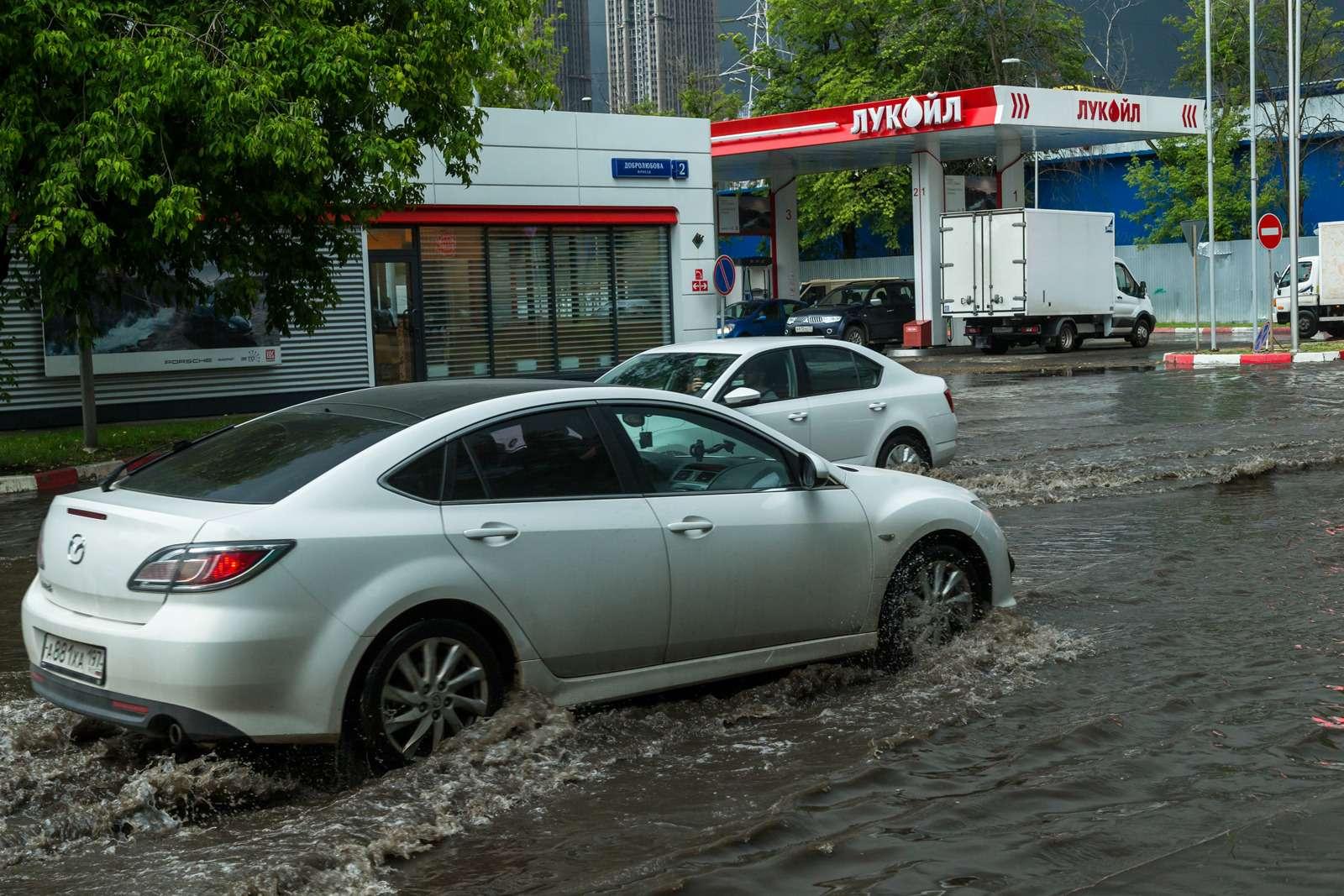 Москву залили дожди, машины поплыли. Фоторепортаж ЗР— фото 770681