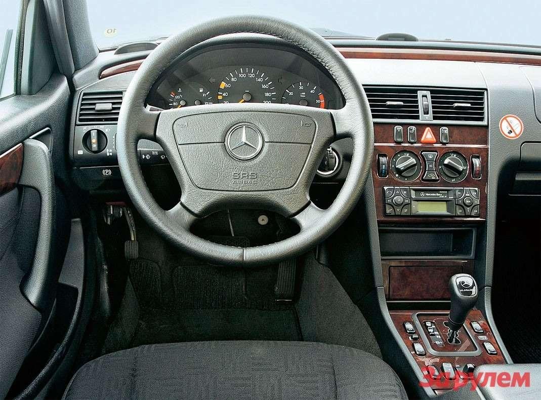 Автомобиль второго поколения ивыглядит, иоборудован куда богаче 190-го.
