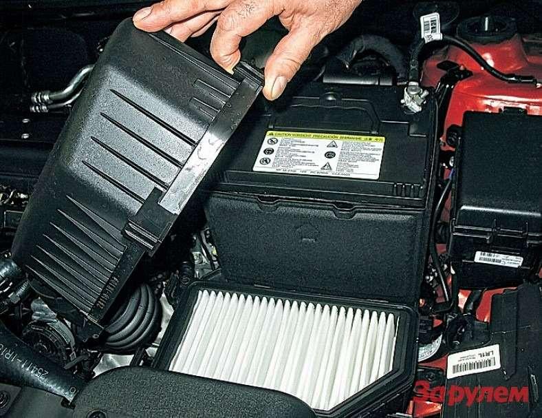 Доступ квоздушному фильтру двигателя прост: отстегиваем две пружинные защелки накорпусе, приподнимаем крышку и, подав ееклевому крылу, высвобождаем изушек.