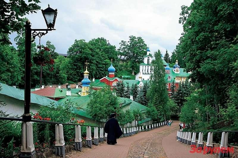 Псково-Печерский монастырь единственный вРоссии ниразу засвою многовековую историю не был закрыт. Вего пещерах хранятся мощи святых. Чтобы попасть туда, надо заранее пофаксу бронировать посещение. Эх, бюрократия,— она властвует ивсвятых местах…