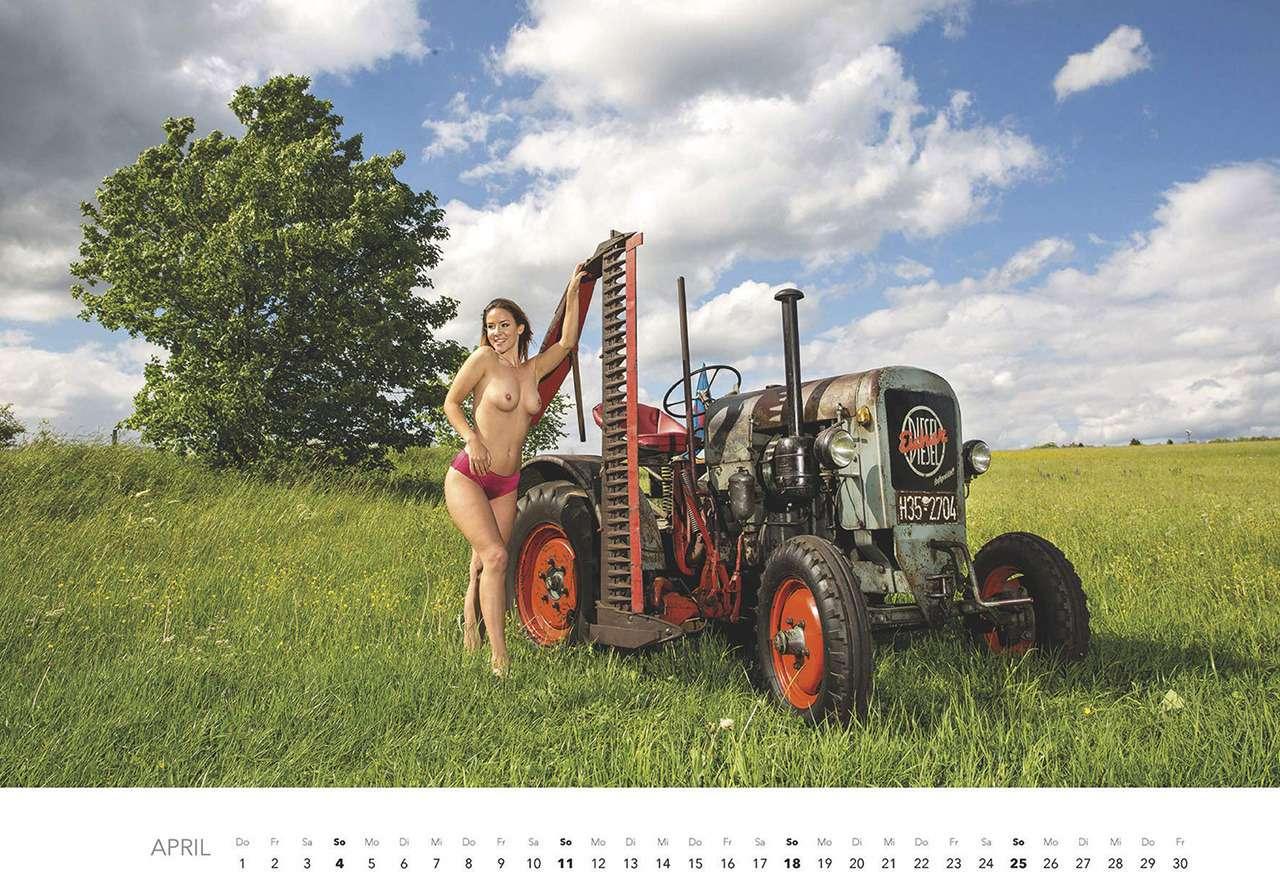 Первый календарь на2021год: не очень одетые трактористки (18+)— фото 1196279
