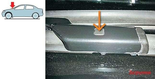 Длязамены щеток переднего стеклоочистителя достаточно нажать наквадратный фиксатор (оранжевая стрелка) наповодке. Ничего не сломаете даже влютый мороз.