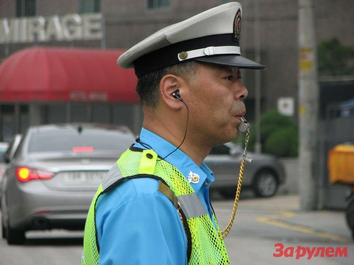 Дорожная полиция Сеула очень любит свистеть!