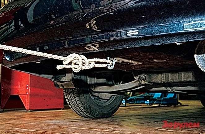 Призатяжке узел сместится кпроушине инебудет касаться «юбки» бампера. Развязывать неудобно: далековато тянуться.