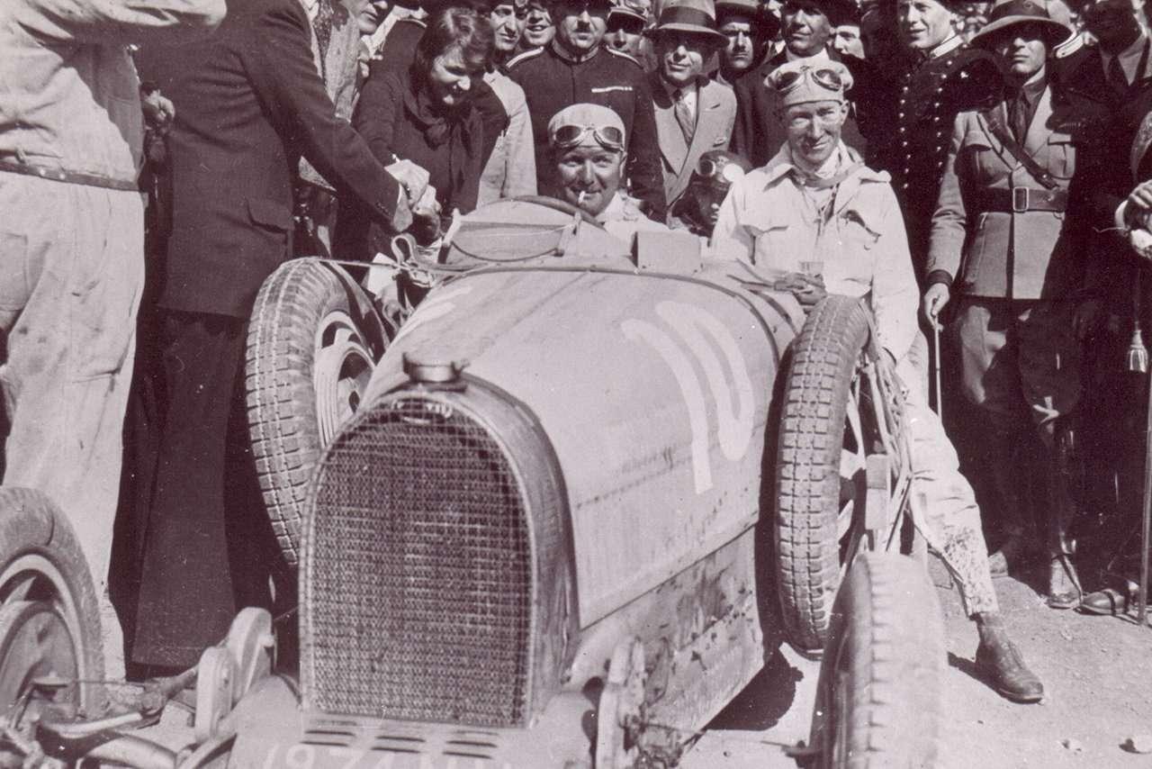 Bugatti Divo: настало время остановиться впогоне заскоростью имощностью?— фото 899082