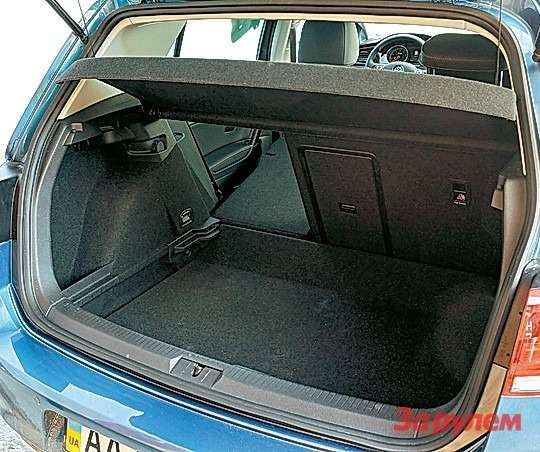 Даже сдокаткой багажник «Гольфа» выглядит далеко не самым вместительным.