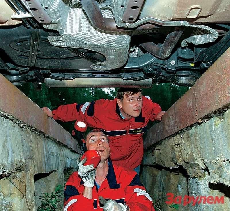 Специалисты техцентра ЗРизучают машину очень внимательно, отихзоркого взгляда неускользает ниодна мелочь.
