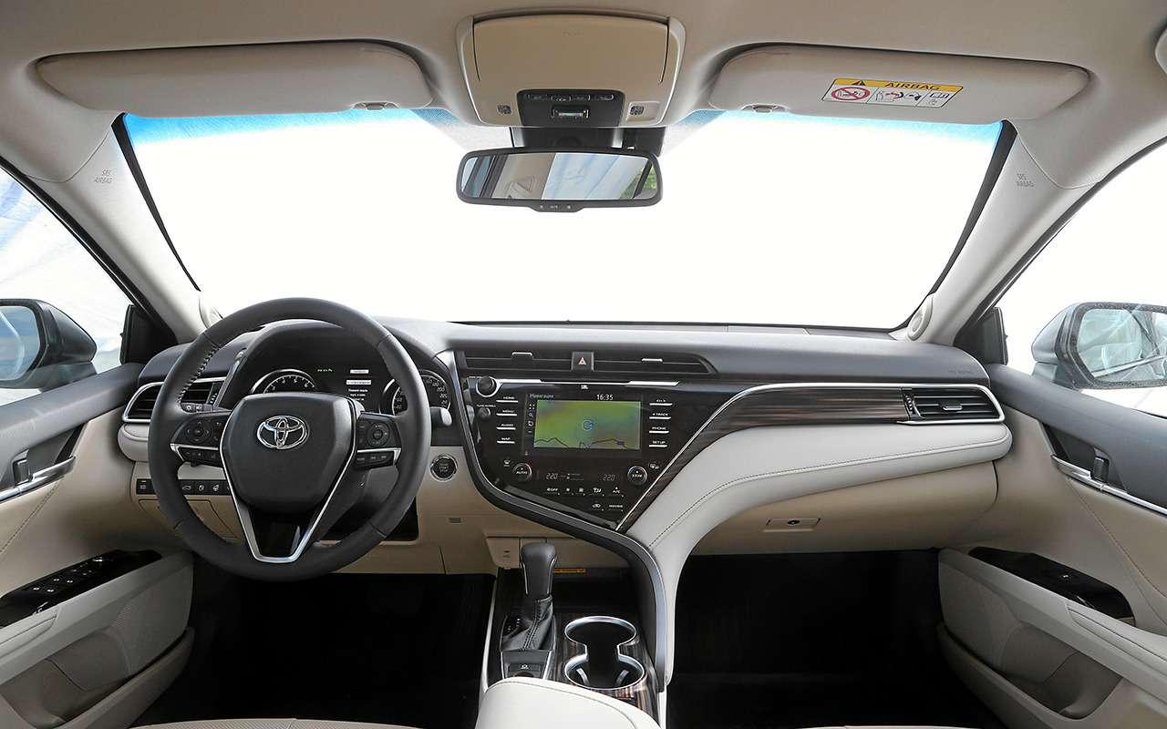 5 плюсов иодин минус седана Toyota Camry— фото 878710