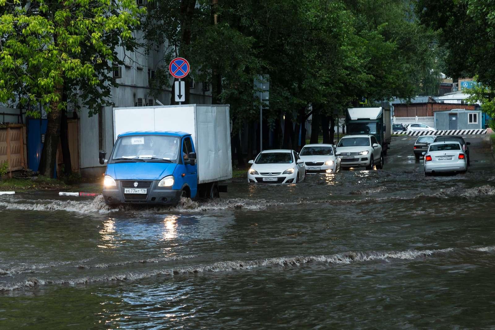Москву залили дожди, машины поплыли. Фоторепортаж ЗР— фото 770695